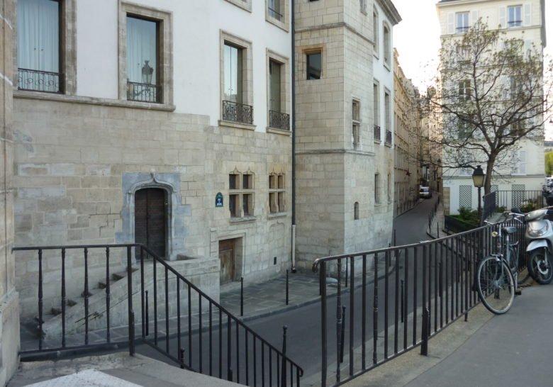 Rue Chanoinesse area Paris
