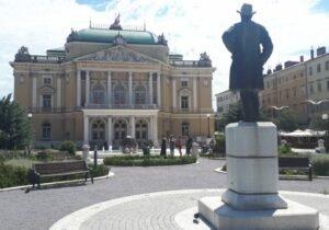 Kazališni Park – City park with a theater view