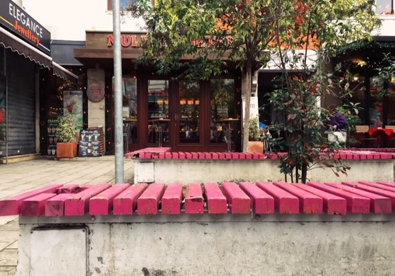 Wilson Square Benches – Coffee-shop-surrounded area