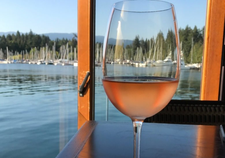 Lift Bar & Grill – Happy hour on the water