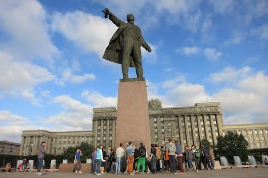 """Dancing Lenin"" with breakdancing kids"